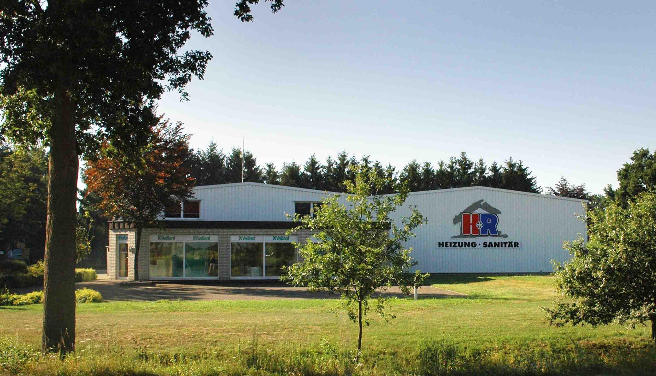 H+R Geschäft und Halle von der Bundesstraße aus gesehen